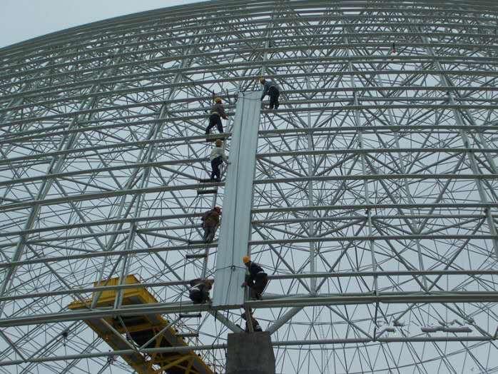 在大跨度钢结构网架的安装施工当中,人们可根据大跨度钢结构的结构类型分为平面结构和空间结构。其中平面结构又分为梁式结构,框架结构和拱式结构。而空间结构又分为网架结构,网壳结构和悬索结构。下面,为大家详细介绍大跨度钢结构的设计原则。  第一,大跨度钢结构的设计应结合工程的平面形状、体型、跨度、支承情况、荷载大小、建筑功能综合分析确定,结构布置和支承形式应保证结构具有合理的传力途径和整体稳定性。平面结构应设置平面外的支撑体系。 第二,地震区的大跨度钢结构,应按抗震规范考虑水平及竖向地震作用效应。对于大跨度钢结构