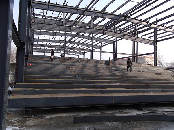 包括: 钢结构设计,钢立柱及预埋定位,座位台阶主,次梁布置,座位台阶